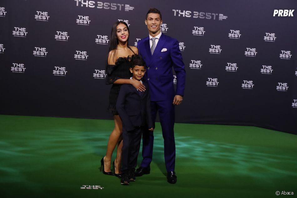 Cristiano Ronaldo officialise avec Georgina Rodriguez : le couple s'affiche avec le fils de CR7 au gala de FIFA.