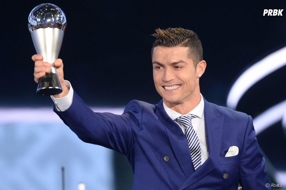 """Cristiano Ronaldo a non seulement officialisé avec Georgina Rodriguez, mais a aussi gagné le trophée """"The Best"""" de FIFA."""
