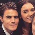 The Vampire Diaries saison 8 : Nina Dobrev entourée de Paul Wesley et Kevin Williamson sur le plateau de tournage de la série.