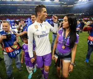 Cristiano Ronaldo avec son fils Cristiano Jr et Georgina Rodriguez