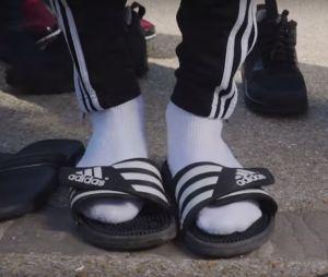 Le rappeur Alrima est fan lui aussi de la tendance claquettes-chaussettes !