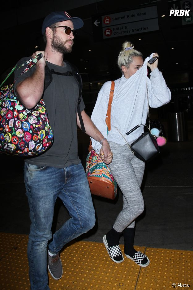 La chanteuse Miley Cyrus a elle aussi craqué pour la mode des claquettes et des chaussettes.