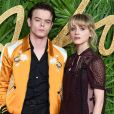 Charlie Heaton et Natalia Dyer in love sur le tapis rouge des British Fashion Awards