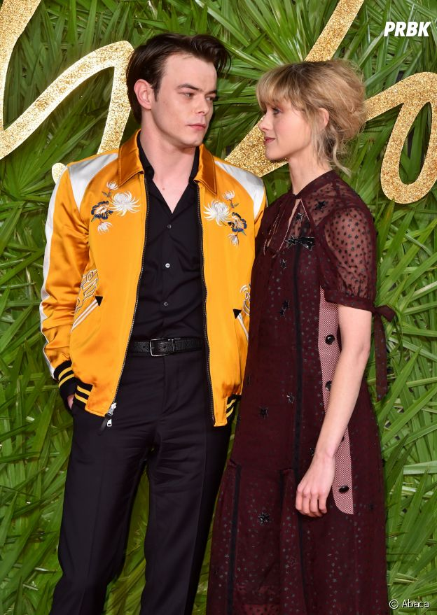 Charlie Heaton (Stranger Things) et Natalia Dyer en couple sur le tapis rouge des Fashion Awards 2017 à Londres