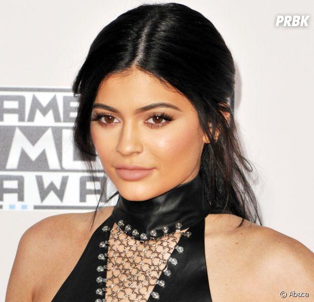 Kylie Jenner enceinte ? Avec les nouvelles publicités de Calvin Klein qui la montrent entourée de ses soeurs, les fans en sont persuadés !