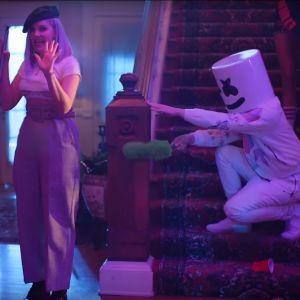 """Clip """"Friends"""" : Marshmello bloqué dans la friendzone avec Anne-Marie 👫"""