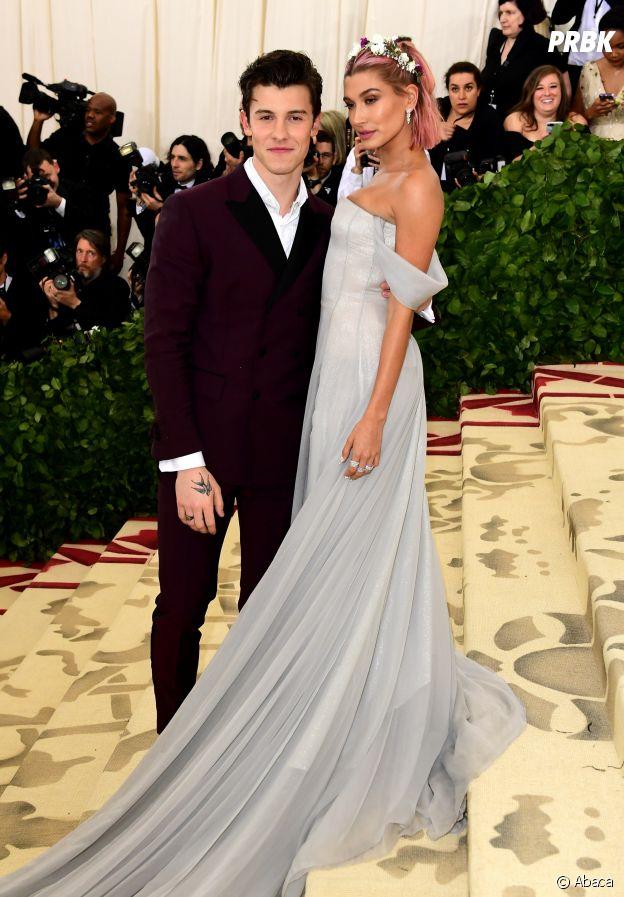 Shawn Mendes et Hailey Baldwin défilent ensemble sur le red carpet du Met Gala 2018