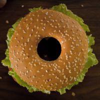 Burger ou donut ? Plus besoin de choisir avec le Whopper Donut de Burger King 🍔🍩