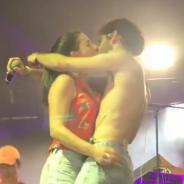 Therapie Taxi enflamme Solidays avec un baiser hot avec une spectatrice sur scène 🔥