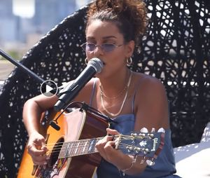 "Tal reprend ""No Scrubs"" de TLC en version acoustique."