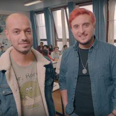"""McFly & Carlito racontent leurs pires anecdotes sexuelles à des lycéens pour """"Sex Education"""""""