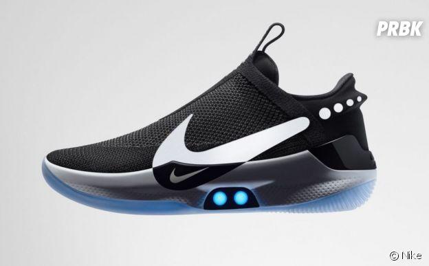 Nike dévoile les Adapt BB, ses sneakers auto-laçantes, connectées et lumineuses.