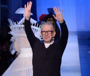 Jean-Paul Gaultier saluant à la fin de son défilé Haute Couture printemps-été 2019.