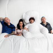 """Clip """"I Can't Get Enough"""" : Selena Gomez, J Balvin et Benny Blanco s'éclatent dans un lit géant"""