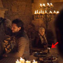 Sophie Turner balance qui a laissé le fameux gobelet de café sur le tournage de Game of Thrones