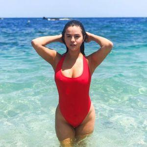 Selena Gomez lance des maillots de bain façon Alerte à Malibu, et c'est déjà (en partie) sold out