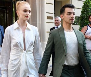 Joe Jonas et Sophie Turner en deuil : ils se font un tatouage pour rendre hommage à leur chien mort