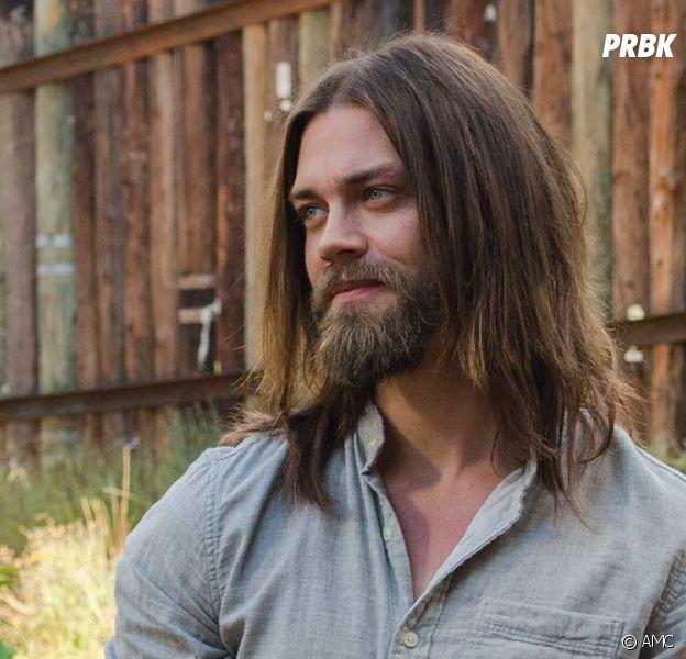 Tom Payne avait les cheveux longs dans The Walking Dead mais a dû se les couper pour sa nouvelle série