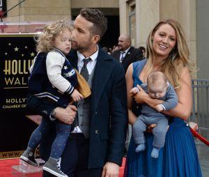 Blake Lively et Ryan Reynolds posent avec leurs filles James (à gauche) et Ines (à droite) en décembe 2016