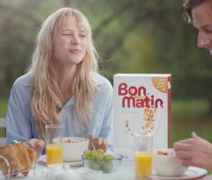 """Angèle rejoue des pubs cultes en les détournant avec humour dans le clip """"Oui ou Non"""""""