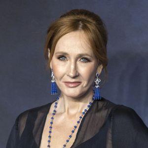 """J.K. Rowling guérie du coronavirus ? La """"maman"""" de Harry Potter s'est soignée de façon étonnante"""