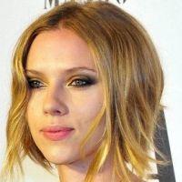 Scarlett Johansson ... Adepte des câlins coquins entre deux prises