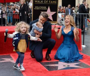 Blake Lively poste avec Ryan Reynolds et leurs filles James et Inez