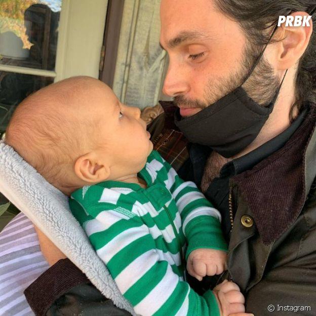 Penn Badgley pose avec son fils