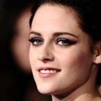 Kristen Stewart : elle idolâtre Angelina Jolie un peu, beaucoup, passionnément