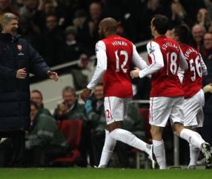 Thierry Henry fête son but avec Arsene Wenger