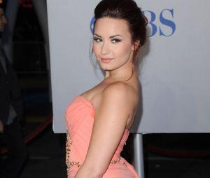 Demi Lovato joue de ses formes généreuses aux People's Choice Awards 2012