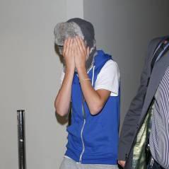 Justin Bieber joue les timides à LAX (PHOTOS)