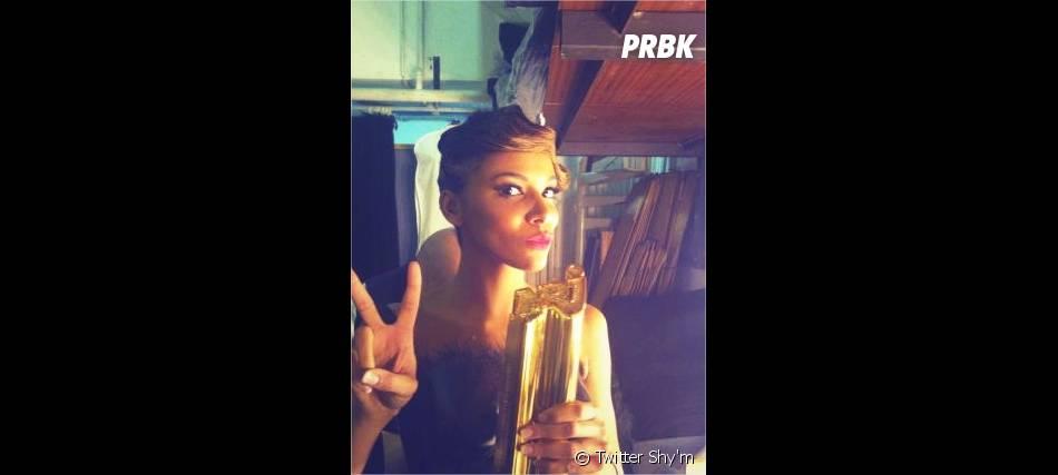 Shy'm poste une photo avec son trophée pour ses fans