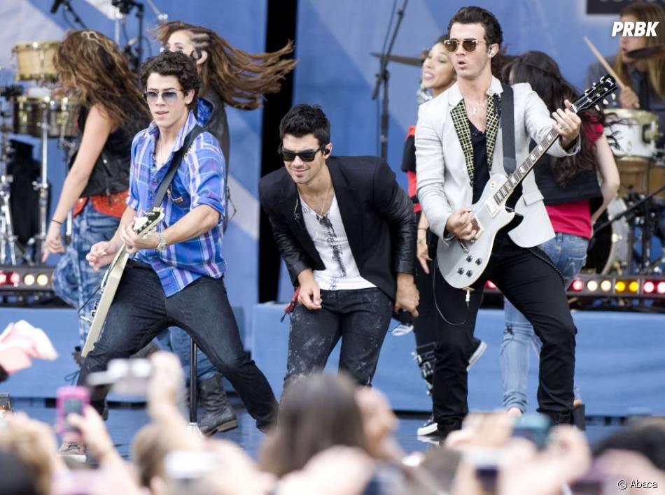 Joe Jonas, sur scène avec ses deux frères, Nick et Kevin