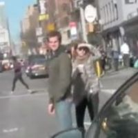Andrew Garfield et Emma Stone vs les paparazzi : même Spider-Man n'en peut plus (VIDEO)