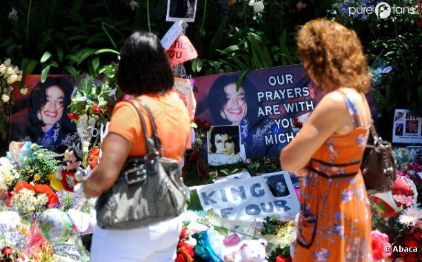 Des fans devant la dernière maison de Michael Jackson