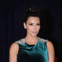 Kim Kardashian : elle s'en prend pleins les dents à une soirée, merci Obama !