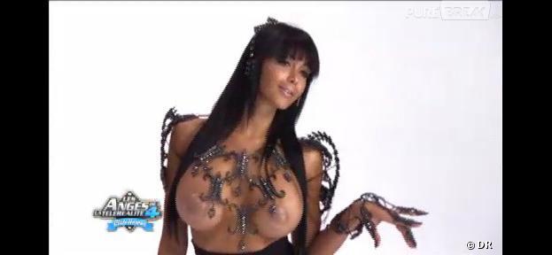 Nabilla pose devant Slam, le photographe des stars