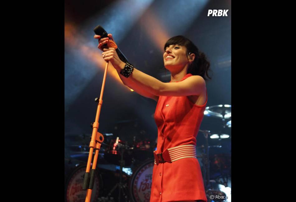 Jennifer Ayache au top pendant un concert de Superbus