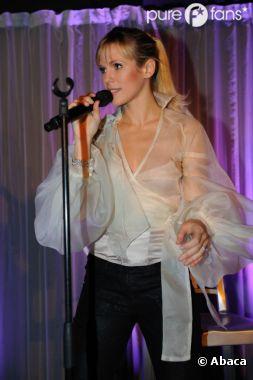 Lorie n'en oublie pas pour autant sa carrière de chanteuse !