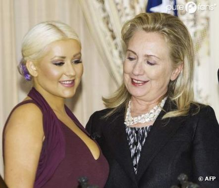 Hillary Clinton a kiffé les seins de Christina Aguilera !