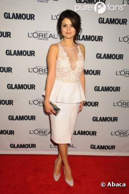 Selena Gomez, classe et féminine pour recevoir son prix