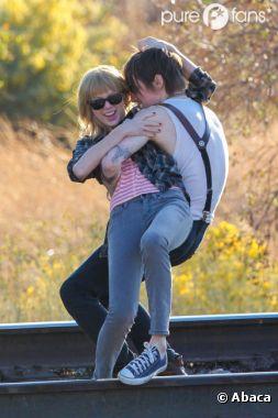 Taylor Swift : complice avec un beau brun sur le tournage de son clip