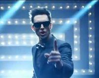 Adam Levine : le Maroon 5 ne vit qu'une fois dans le clip de YOLO !