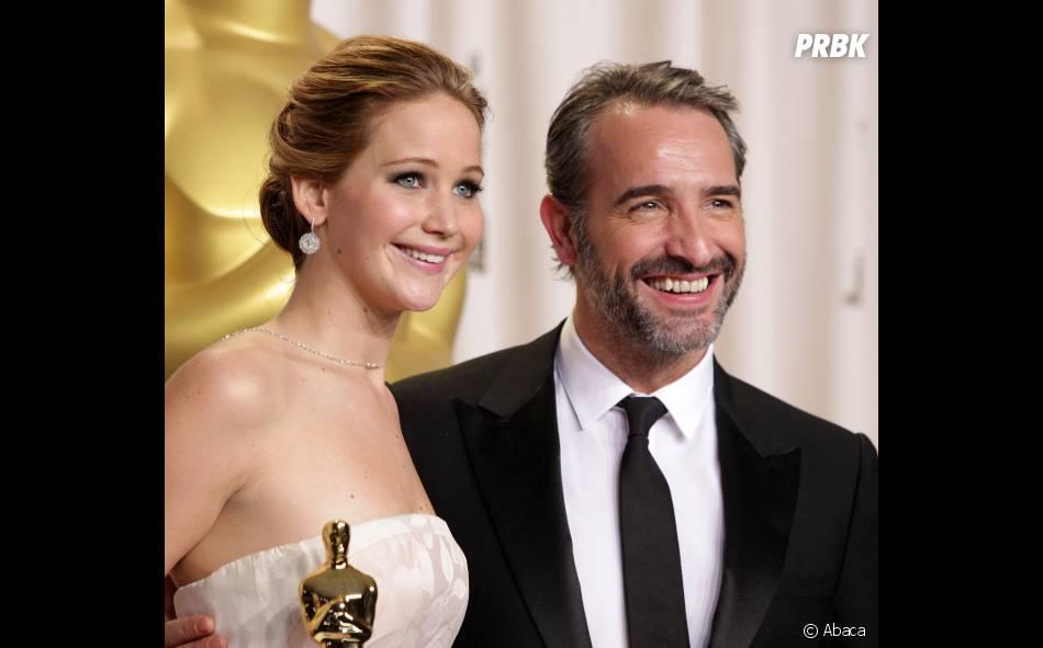 """Jean Dujardin, chargé de remettre le trophée de la """"meilleure actrice"""", fait tomber les filles."""