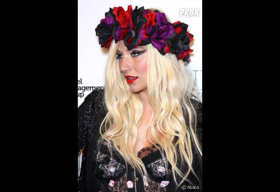 Kesha adopte la couronne de fleurs