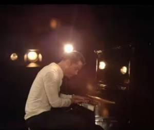 Emmanuel Moire, au piano pour la clip de sa balade électro pop Beau Malheur