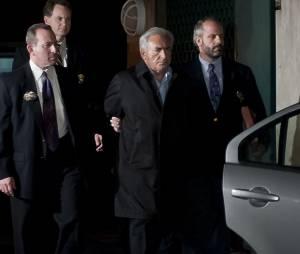 Dominique Straus-Kahn, escorté par des policiers le 15 mai 2011 à New-York peu après son arrestation à l'aéroport