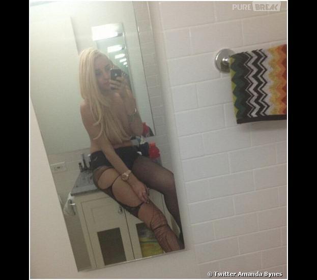 Amanda Bynes, topless sur son lavabo