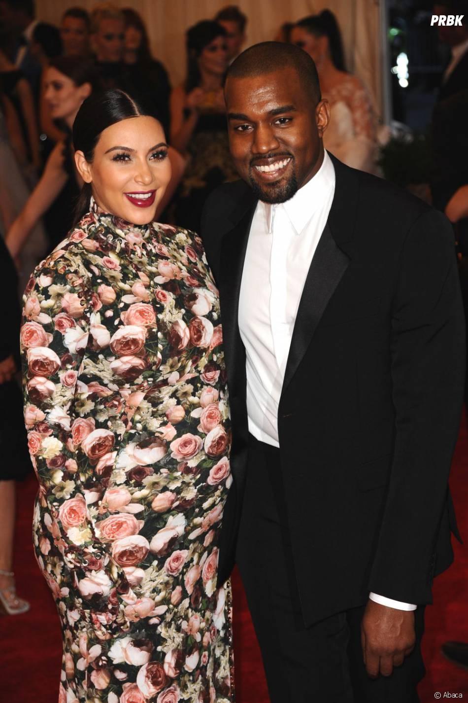 Kim Kardashian souriante aux côtés de Kanye West